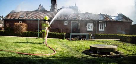 Bewoners door brand verwoeste boerderij in Horssen verbijsterd: 'Onze kinderen zijn hier opgegroeid'