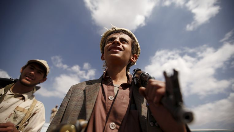 Een jonge Houthi-rebel met een automatisch geweer over de schouder. Beeld reuters