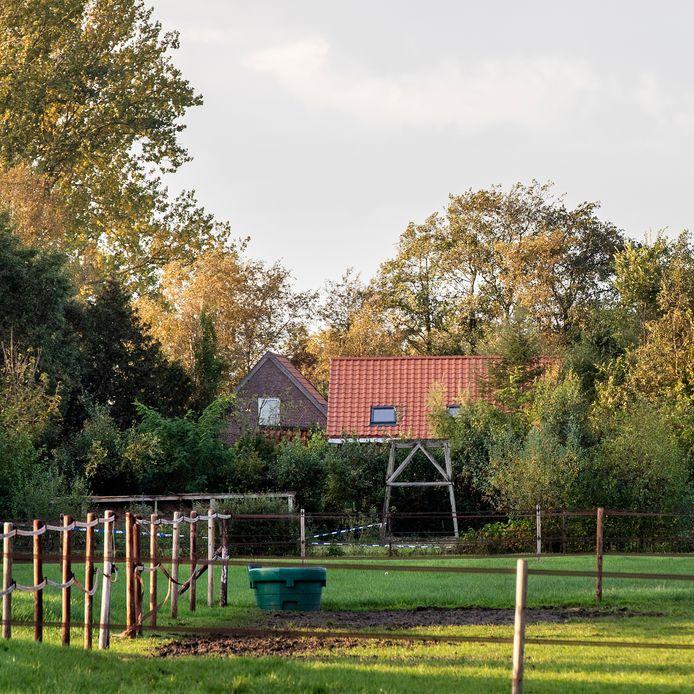 De achterkant van de boerderij waar de zes kinderen en vader Gerrit-Jan zijn gevonden.