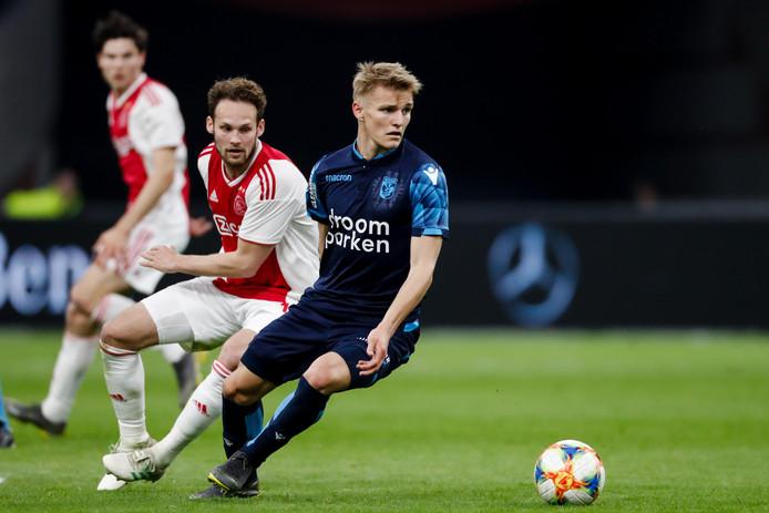 Martin Ødegaard in duel met Ajacied Daley Blind, wellicht zijn ze volgend jaar teamgenoten.