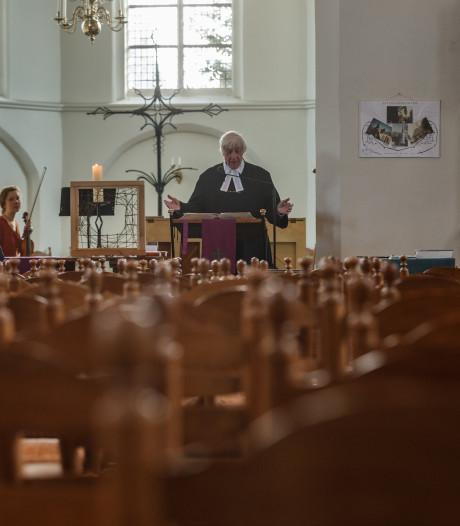 Met de hele familie voor de tv om de kerkdienst te volgen in Zevenbergen en Halsteren