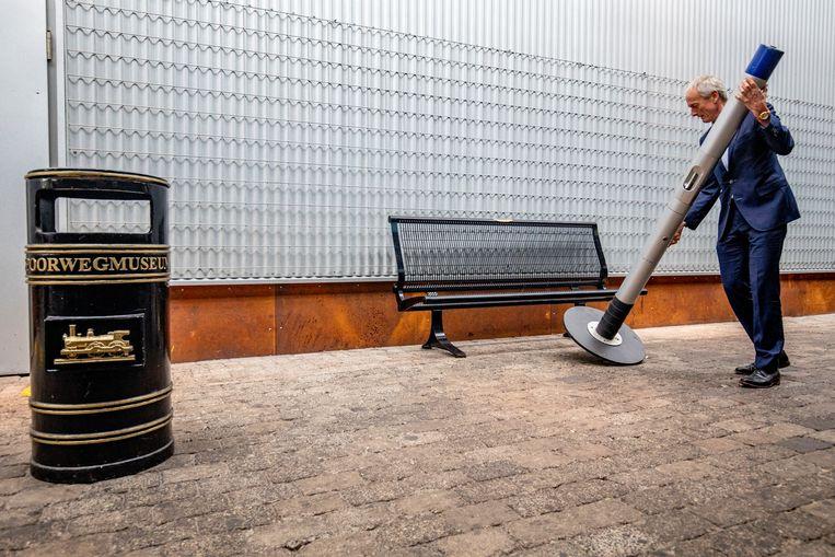 De laatste rookpaal gaat op transport naar het Spoorwegmuseum. Beeld BSR Agency