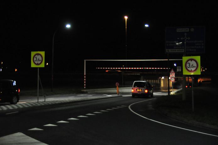 Extra waarschuwingsborden bij berucht viaduct Waalwijk.