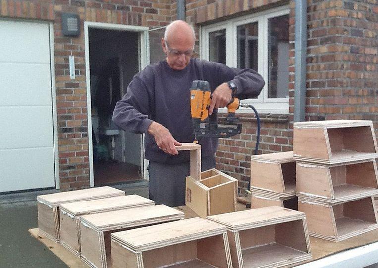 Schrijnwerker Pierre Van der Stappen aan de slag met de mussenloft.