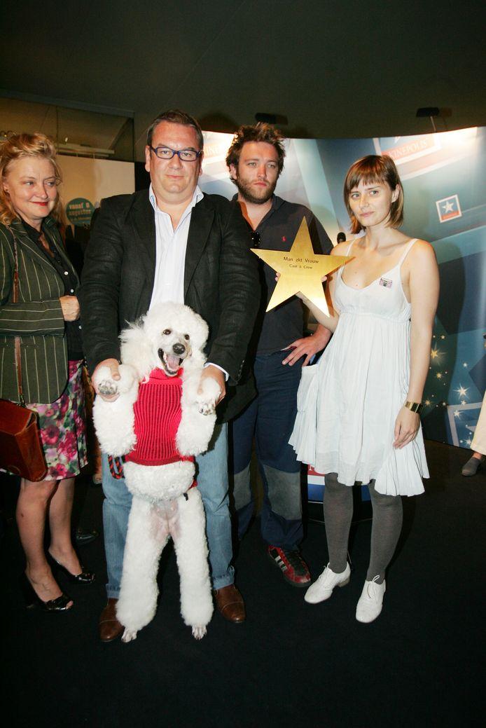 Wim Opbrouck in 2007, met een deel van de cast van de Vlaamse film 'Man zoekt Vrouw'.