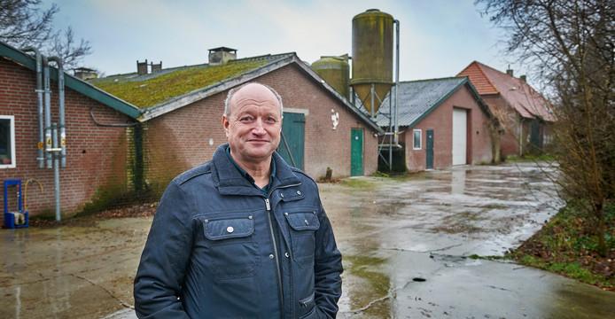 René Dekkers bij zijn pluimveestallen in Sint Oedenrode die gesloopt gaan worden.