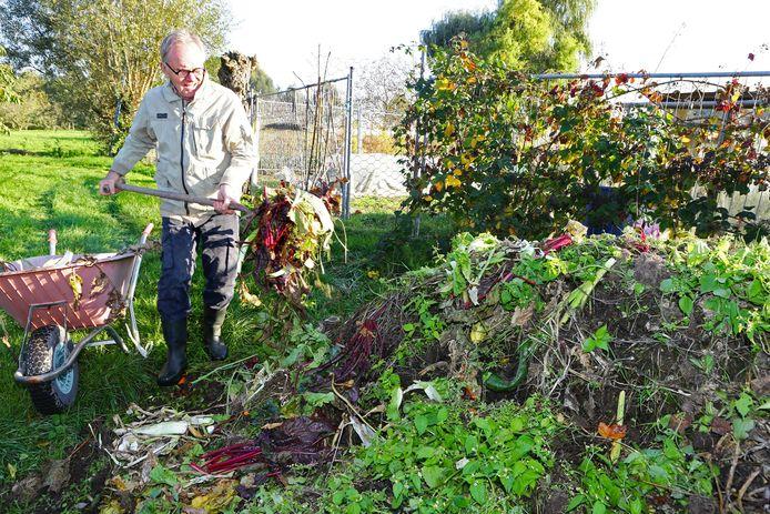 Jaap Keller gebruikt nooit zijn groene containter, hij gooit alles op de composthoop.