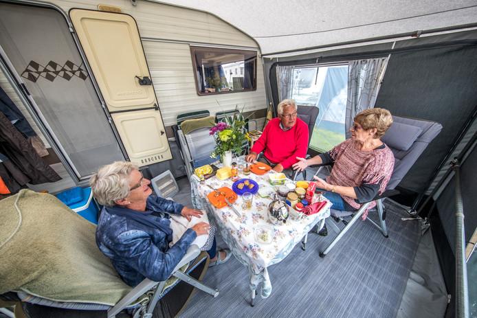 Eeuwkje en Gerrit Hein zitten van 1 april tot 1 oktober op camping de Agnietenberg in Zwolle. Een beetje kou maakt hen en hun buurvrouw Tinie de Velde Harsenhorst niets uit.