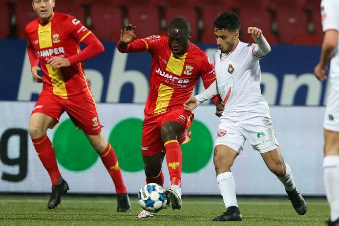 Jacob Mulenga aan de bal namens GA Eagles. Hier duelleert hij met Anass Najah van Telstar.