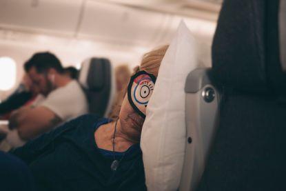 Daarom kun je niet slapen op het vliegtuig en wat je eraan kunt doen