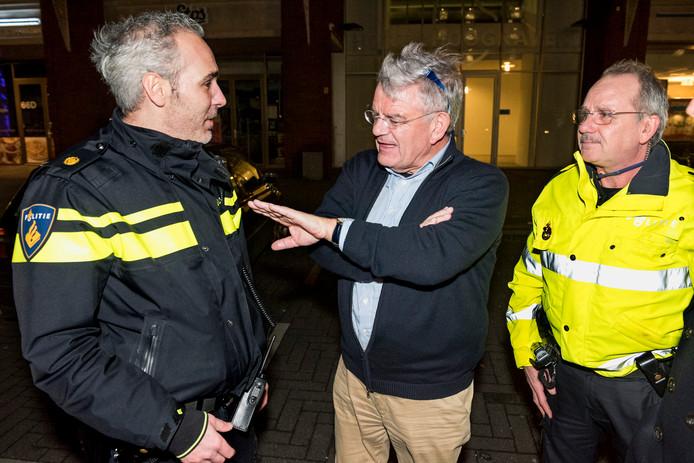 Burgemeester Van Zanen is gelijk al weer vol aan de bak tijdens de jaarwisseling: hier in gesprek met agenten op straat in Hoograven waar het even daarvoor erg onrustig was .