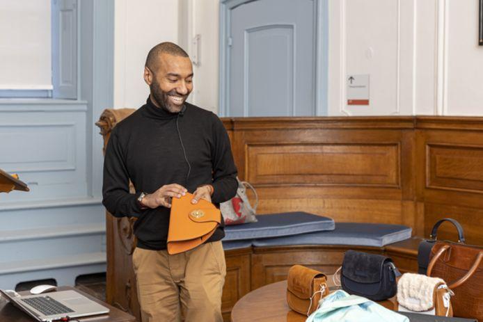 Omar Munie toont zijn tassen in het Stadhuismuseum in Zierikzee.