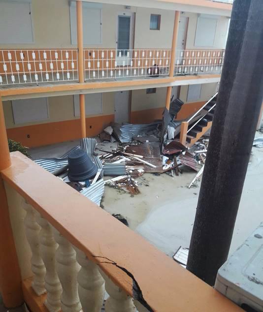 Delen van het dak van het hotel kwamen naar beneden.
