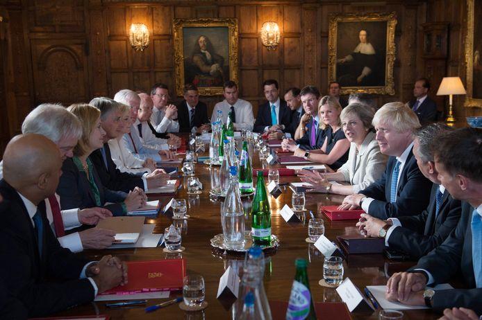 Theresa May en haar ministers in het landhuis Chequers.