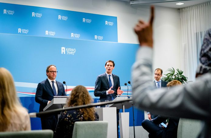 Ministers Wouter Koolmees (Sociale Zaken), Wopke Hoekstra (Financiën) en Eric Wiebes (Economische Zaken) verdedigen donderdag hun steunpakket 2.0 in de Tweede Kamer. Veel middelgrote mkb-bedrijven zijn ontevreden en slaan alarm.