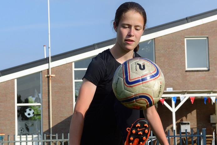 July op het veldje dicht bij haar huis in Klundert, waar ze spelenderwijs leerde voetballen.
