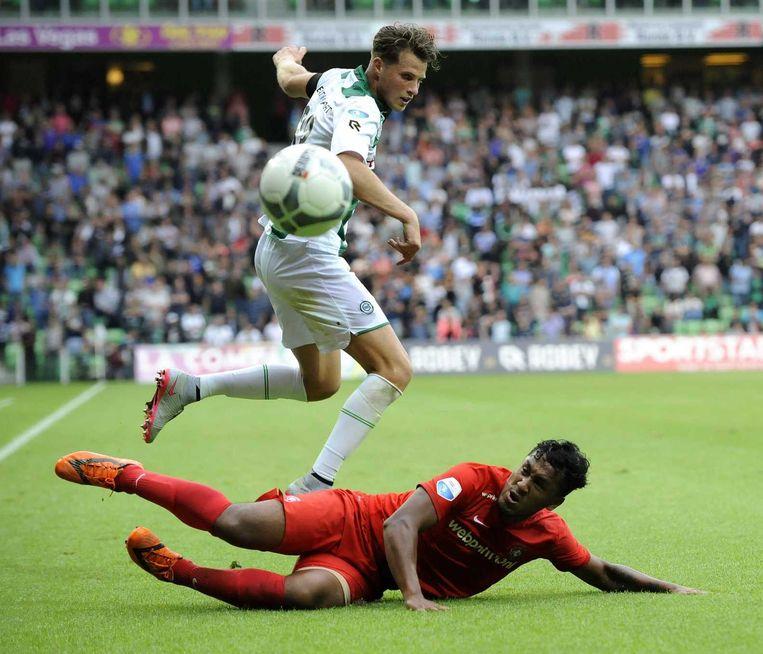Een sliding van Renato Tapia van FC Twente hindert Hans Hateboer. Beeld ANP Pro Shots