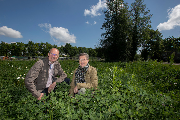 Kerkakkers-voorzitter Wil Peels en bewoonster Ankie Slaats op de plek die een parkachtige uitstraling moet krijgen.