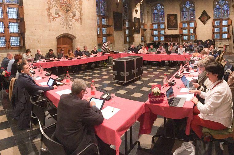 Maandag zitten de gemeenteraadsleden niet rond deze tafel in de Volkszaal, maar debatteren ze in een video-conferentie.