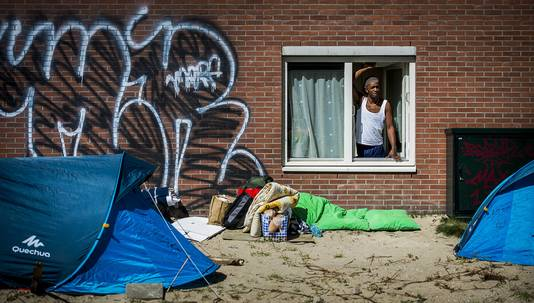 Asielzoekers van de ontruimde Vluchtgarage namen na de ontruiming hun toevlucht tot tenten in het centrum van Amsterdam.