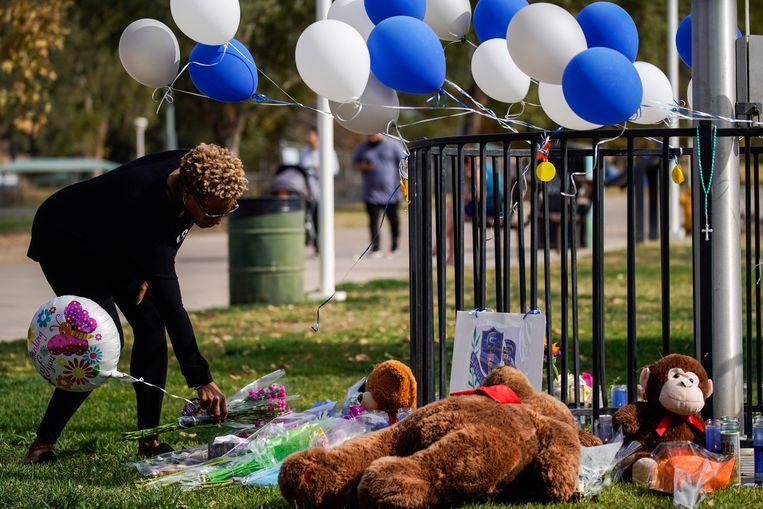 Er worden bloemen en knuffels neergelegd aan de school waar de schietpartij plaatsvond.