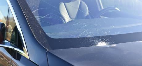 Jonge fietsster belandt op voorruit van auto en raakt gewond in Steenwijk