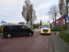Fietser valt tegen paal na botsing met busje in Oostkapelle