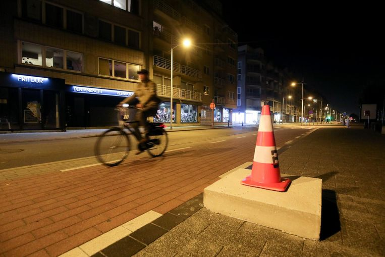 Om de hinderlijke betonblokken beter te doen opvallen, werden er oranje kegels op geplaatst.