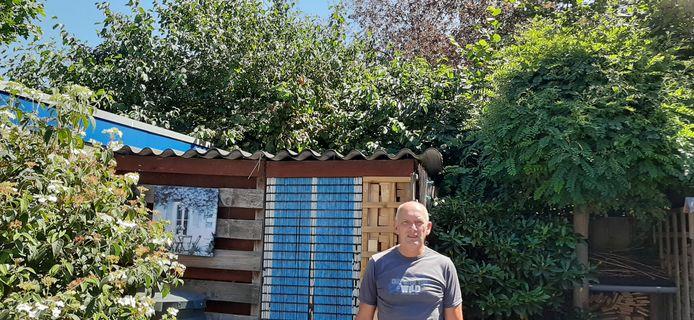 """Schijndelaar Henk Oomen met op de achtergrond zijn huidige uitzicht. ,,Straks kijk ik uit op een bunker met sociale huurwoningen."""""""