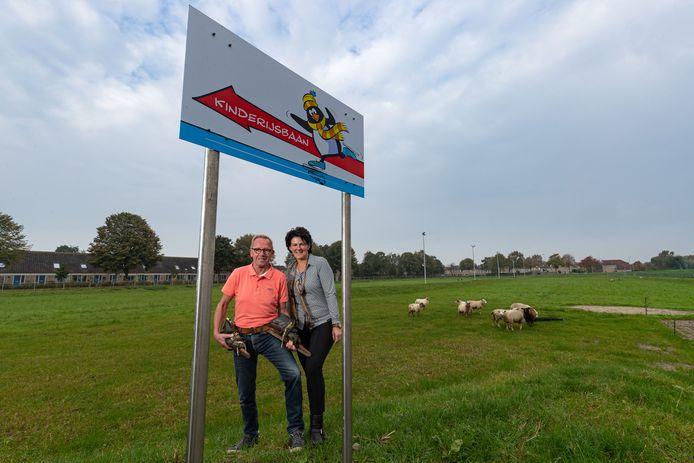 Beheerders en bestuursleden Wim Bouhuijs en Arendien Pruim op de vernieuwde baan.