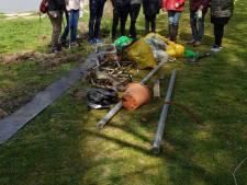 Tweehonderd vrijwilligers ruimen oevers van de Rijn op