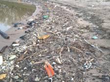 Maasoevers vol met plastic afval