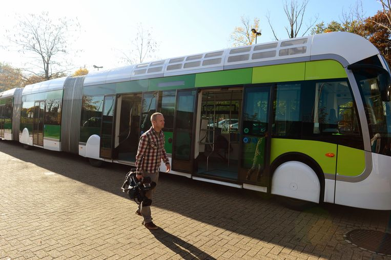 Een trambus is 24 meter lang en lijkt op een tram maar rijdt niet op rails. Ook oppositiepartij N-VA kwam al met het idee om trambussen in en rond Leuven in te zetten.