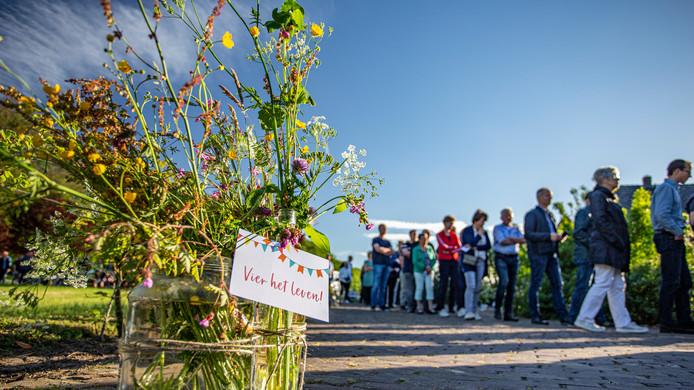 Sandra Schrijver hield van veldbloemen. Daarom plukten vrijwilligers van de Strijd van Salland veldbloemen en versierden daarmee de oprit naar de boerderij van de familie Schrijver waar op 24 mei de drukbezochte condoleance was.
