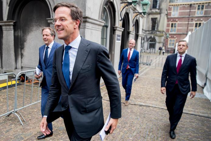 Mark Rutte (VVD, midden op foto), Sybrand van Haersma Buma (CDA, rechts), Alexander Pechtold (D66, links) en Gert-Jan Segers (CU) op het Binnenhof in Den Haag.
