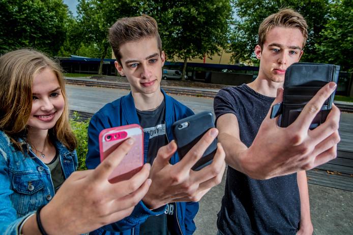 Merel, Julian en Rick (vlnr) Nagelhout zitten alle drie op een andere school. Ze wachten vandaag allemaal op het verlossende telefoontje van school.