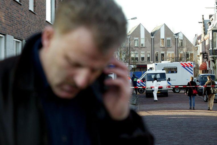Peter R. de Vries op de plek in Amstelveen waar Cor van Hout werd gedood in 2003. Beeld anp