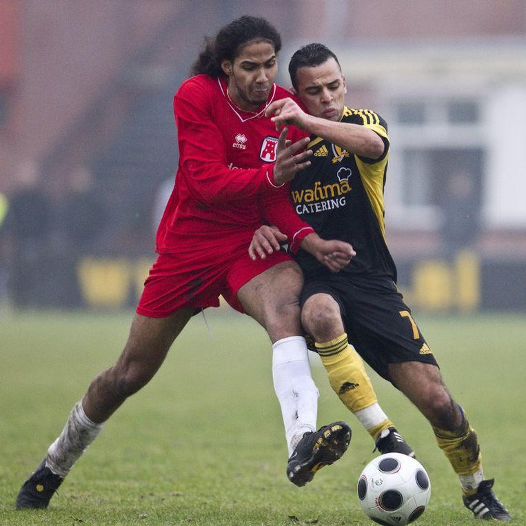Mostapha El Aamrani (r) in duel met Steve Escalona van Tonegido. foto Marcel Israel Beeld