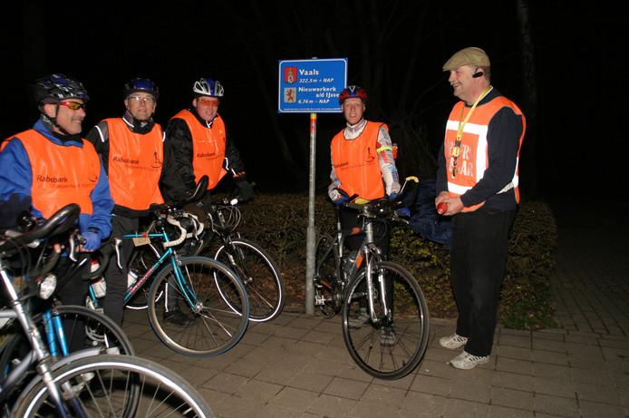 Koersleider Nico Kemp (rechts) in 2008 met enkele deelnemers omstreeks middernacht bovenop de Vaalserberg.
