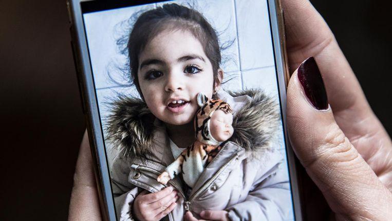 Insiya op een foto op haar moeders telefoon. Beeld Marlena Waldthausen / de Volkskrant