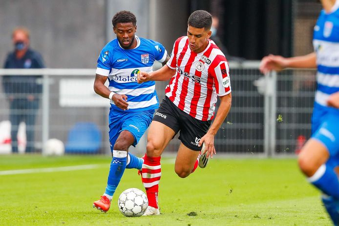 Abdou Harroui (r) in duel met Kenneth Paal.
