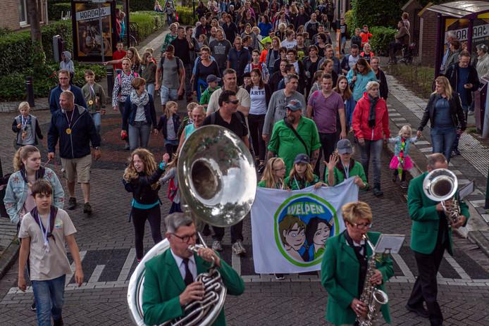 De Ossendrechtse Avondvierdaagse beleefde donderdagavond een feestelijke, muzikale intocht met de 340 wandelaars, een record in de recentste geschiedenis van het evenement.