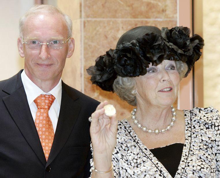 Muntmeester Maarten Brouwer met Prinses Beatrix, toen nog Koningin. Beeld anp