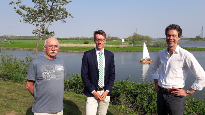 Henk Blaauw, Twan Boot en Alex Grashof op het terras van Vada. Achter het havenkanaal ligt de uiterwaard waar ze graag veilig recreatiewater willen.
