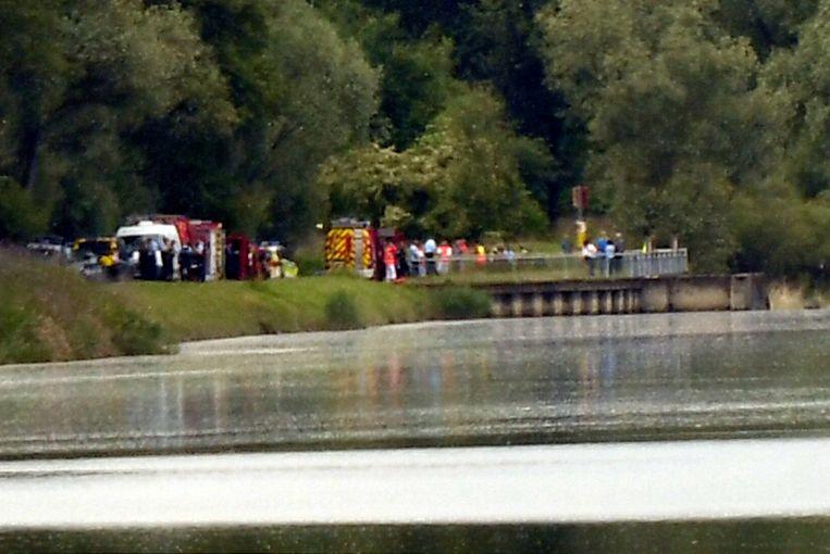 Bij een ongeval met een rubberboot zijn vandaag op de Rijn, op de grens tussen Duitsland en Frankrijk, zeker drie mensen om het leven gekomen.