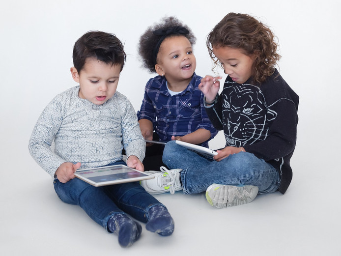 Het schermgebruik van kinderen stabiliseert. Dat blijkt uit het jaarlijkse onderzoek Iene Miene Media.
