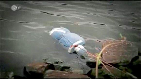 Een screenshot uit de reportage van ZDF. In deze plastic zak zaten het hoofd en de romp van het slachtoffer.