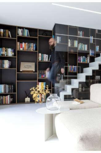 """Bjorn (42) toverde een leegstaand rijhuis van amper 82m² om tot luxueuze loft: """"Ik bouwde een huis op maat van mijn huidige situatie en richtte het in zoals ik het wilde"""""""