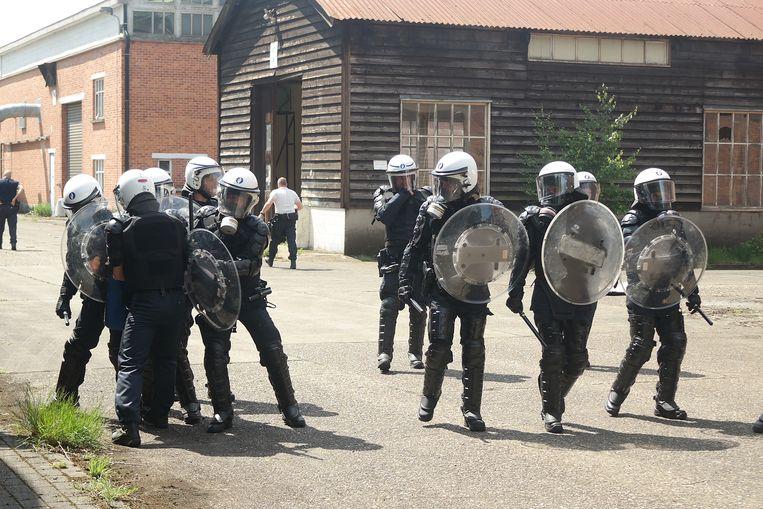 De manifestanten moesten tegengehouden worden.