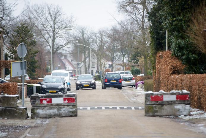 Een gedateerde foto van de weg Slingerbos in Oirschot. Met de aanleg van de randweg moet het sluipverkeer in de wijk Moorland verdwijnen.